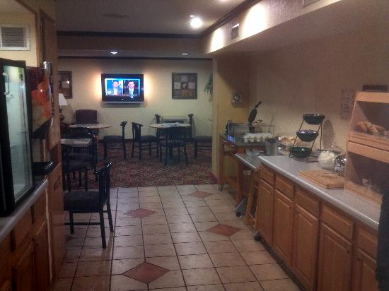 Rodeway Inn & Suites Madison-Northeast : Breakfast and seating areas