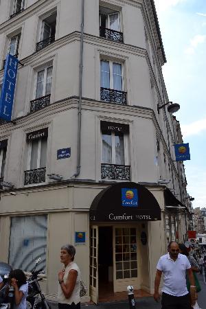 Comfort Hotel Place du Tertre: hotel entrance
