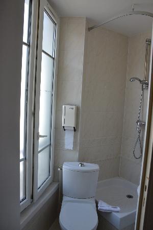 Comfort Hotel Place du Tertre: bath1