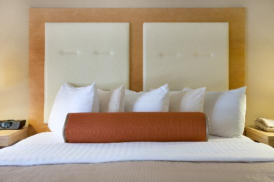 Millwood Inn & Suites: Bedding with choice of pillows, alt. down comforters