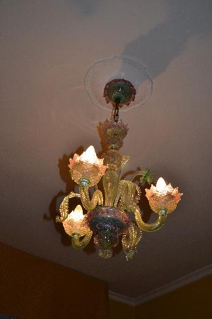 Novo Hotel Rossi: Beautiful glass chandelier