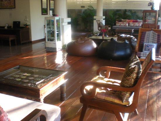 The 3 Sis: The sitting area in the lobby...beautiful.