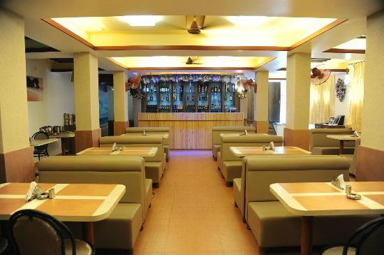 Hotel Sea Rock : Fully loaded bar with spacious sitting area