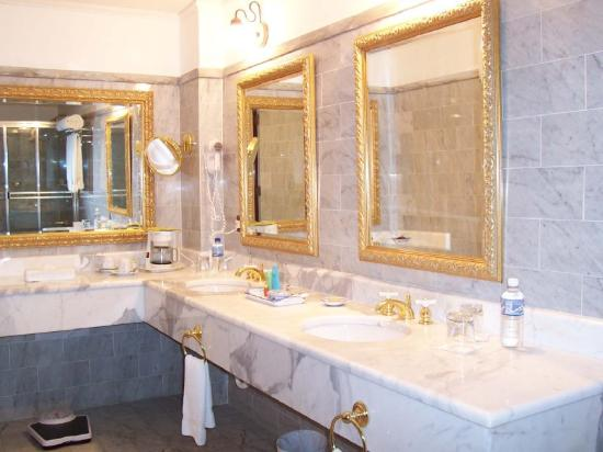 Hotel DeVille: Bathroom