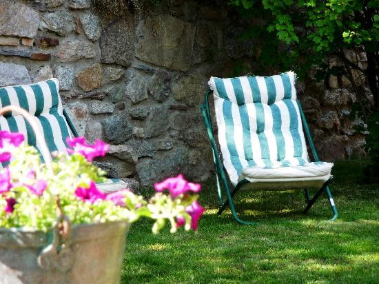 Les Cariolettes: détente au jardin