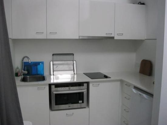 Byron Central Apartments : kitchen