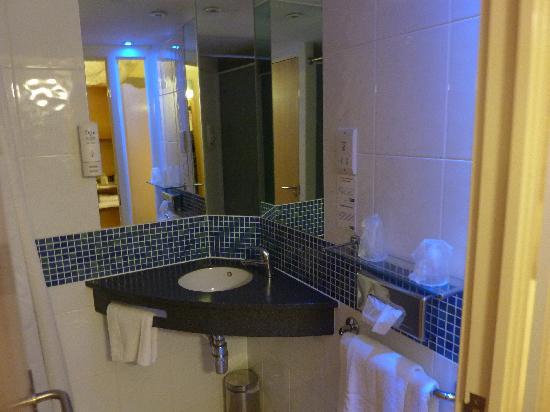 Holiday Inn Express Dundee: Bathroom