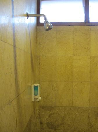 Mentari Sanur Hotel: Dusche