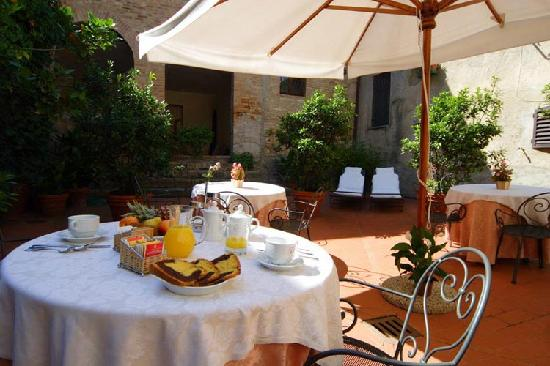 Hotel L'Antico Pozzo: relaxing outdoor terrace