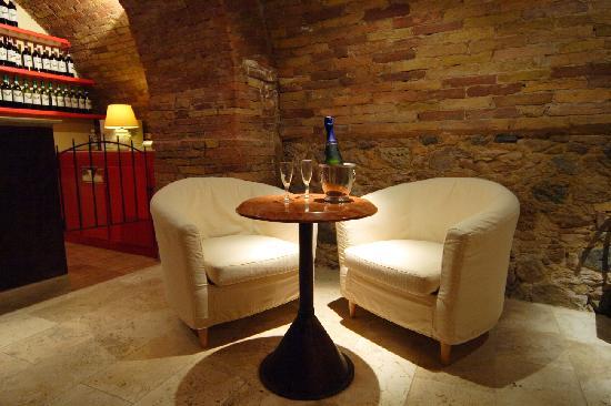 Hotel L'Antico Pozzo: bar in the cave