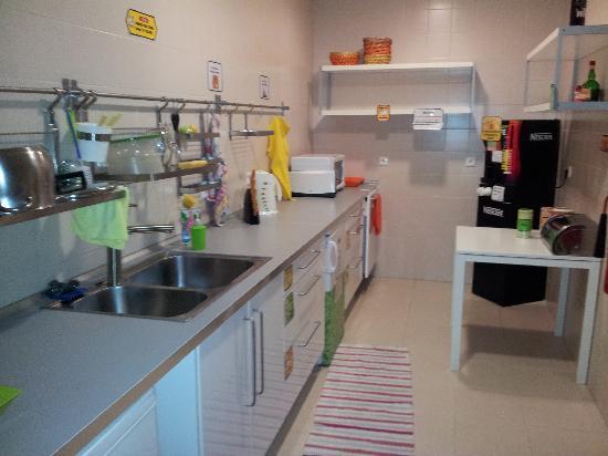 Lisboa Central Hostel: Kitchen 3