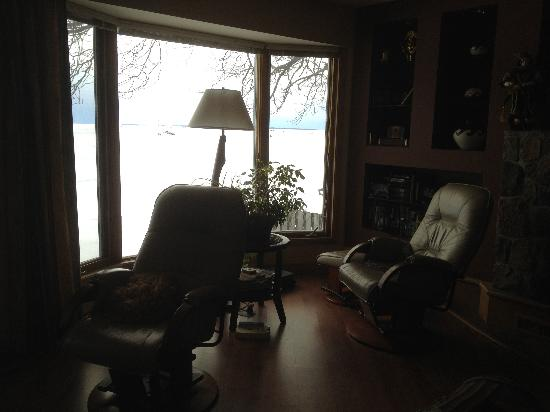 Adani Beach Retreat Bed & Breakfast: Comfy chairs overlooking the lake