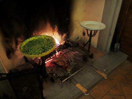 Locanda al Pozzo Antico: Bistecca Fiorentina prepared fireside