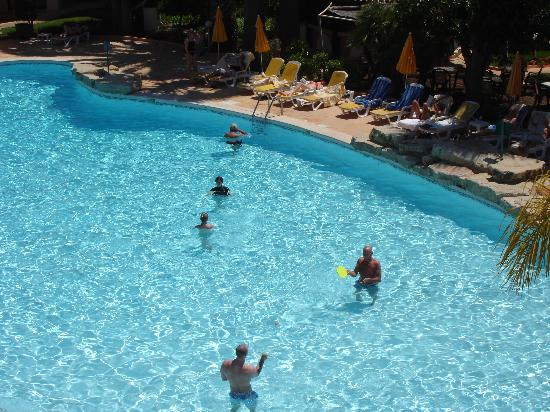 Four Seasons Vilamoura: a big fun pool for swimming and playing