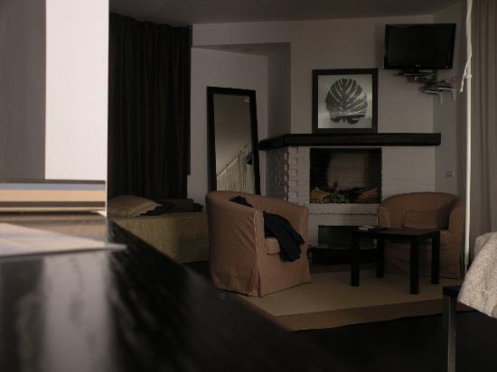 Hotel Angi: camino e salottino della camera