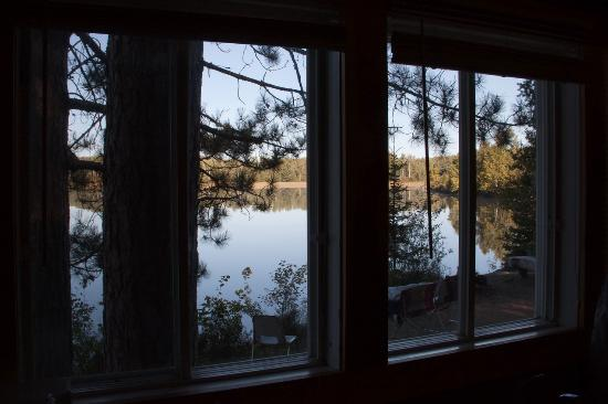 Red Deer Log Cabins and Campground: Blick von Cabin 3 auf den See