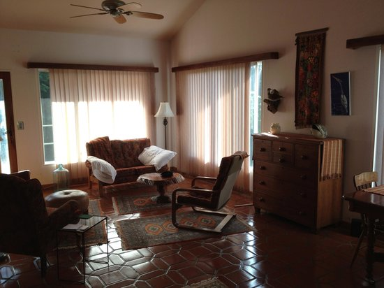 La Montana y el Valle Coffee Estate Inn: The living room of our bungalow
