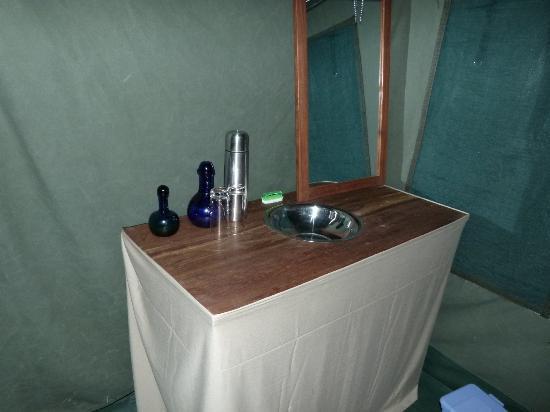 Serengeti Halisi Camp: Waschbecken im Wohnzelt