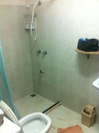 กาแล เกสท์เฮ้าส์: salle de bain