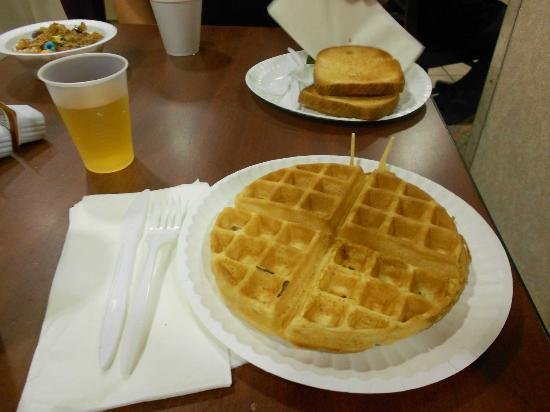 Microtel Inn & Suites by Wyndham BWI Airport Baltimore: Wafle del desayuno