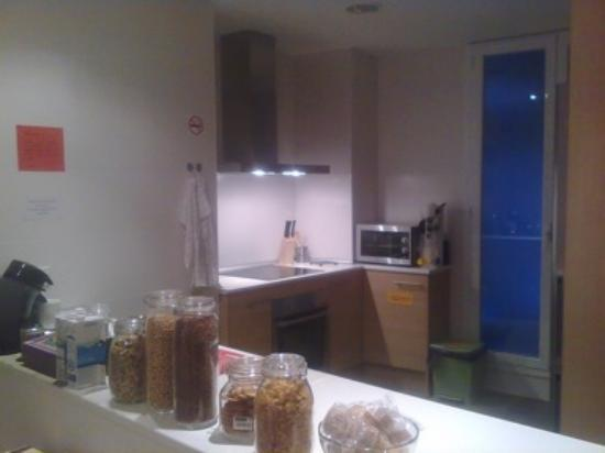 Itaca Hostel: shared kitchen