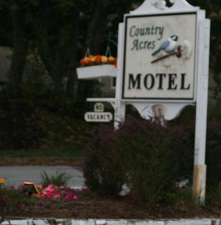 Country Acres Motel: Motel sign