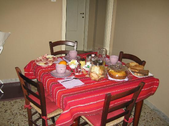 Quo Vadis Arena: La colazione: croissant e pane cotto al forno, thè, caffè, frutta ecc...