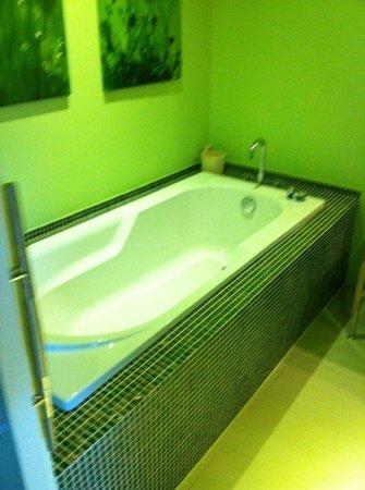 La Demeure de Saint Fiacre: salle de bains (avec douche aussi meme si non visible sur cette photo!)
