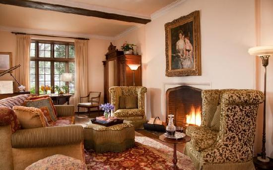 Old Monterey Inn: Relax in the parlor