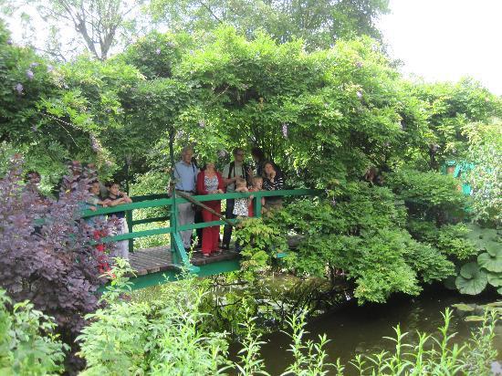 Casa e giardini di Claude Monet: Bridge over pond waters