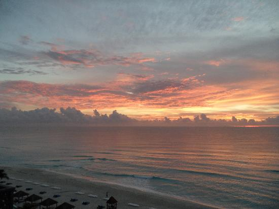 The Ritz-Carlton, Cancun : Sunrise from our room