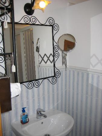 Malaga Lodge: Málaga Lodge - nice and clean commun bathroom