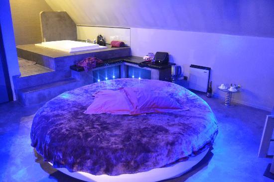 Bubble Lounge Hotel : Grey floor room