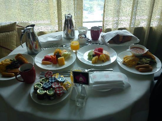 โรงแรมเทรดเดอร์ กัวลาลัมเปอร์: Breakfast in the room