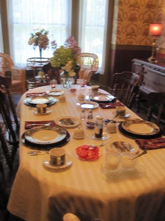 Millview Bed & Breakfast: Breakfast Table