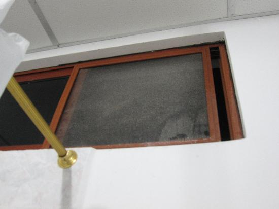 Galapagos Islands Hotel: Dirty window vent