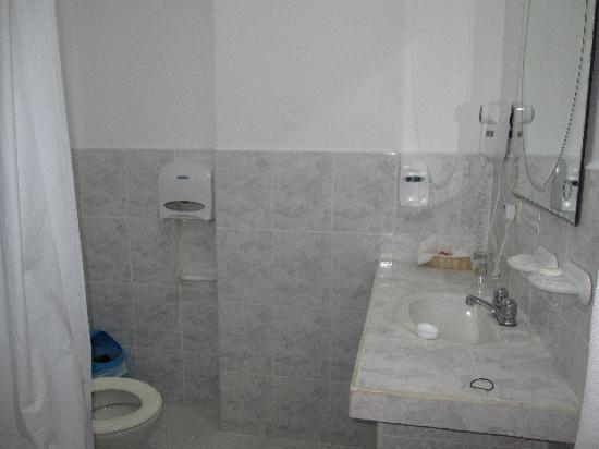 Galapagos Island Hotel - Casa Natura: Overall look of bathroom