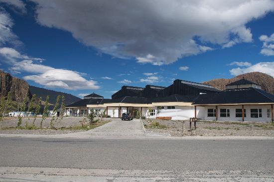 Hosteria Senderos: Bus station across street