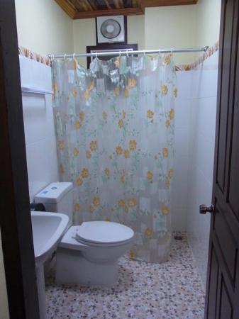 Villa Somphong: トイレ・シャワールーム