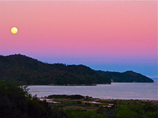 Abel Tasman Ocean View Chalets: Moon rising over the Abel Tasman National Park