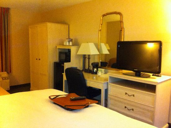 Hampton Inn Winchester-University/Mall Area: Nice tv, armoir, and desk