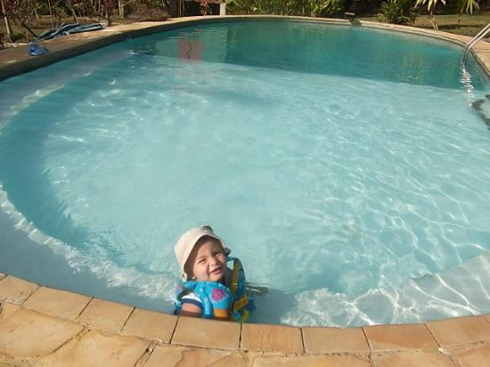 Hotel Casacolores: Mi hijo disfrutando de la piscina en casa colores