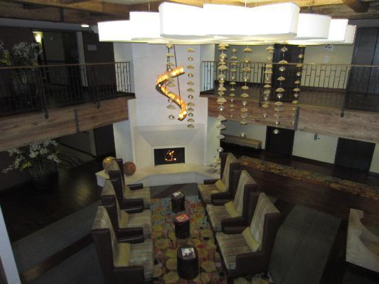Hotel Corque: Seating area in front lobby