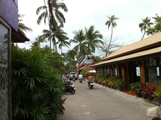 Smile House Resort: links van de weg de bungalows ; rechts het restaurant en strand