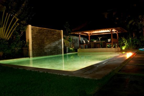 Amore Villas : Lush pool at night!