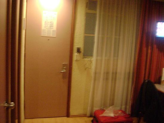 Hotel Azores : La puerta se abre con tarjeta, esa se reprograma cada día.