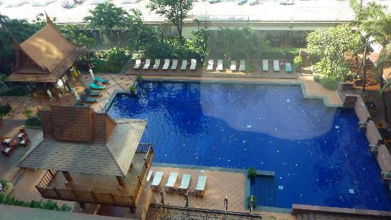 Ramada Plaza Bangkok Menam Riverside: Poolanlage