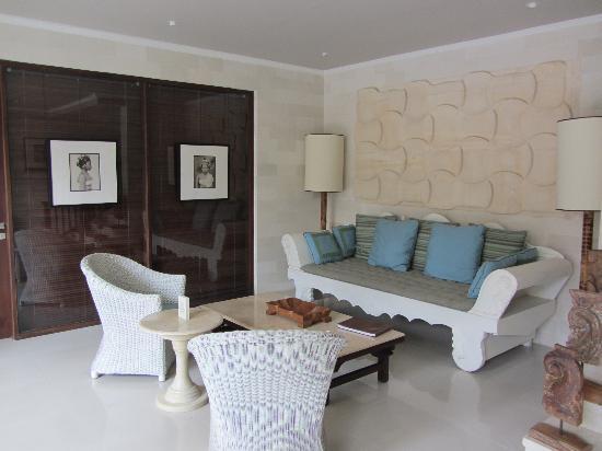 Cinta Inn: Downstairs Small but cosy lobby