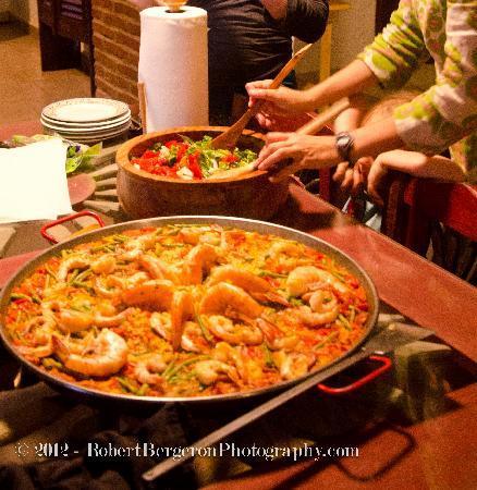 El Paellero: Paella and salad, ready to eat!