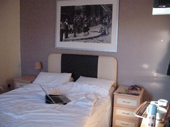 Hotel24seven Bristol: bedroom
